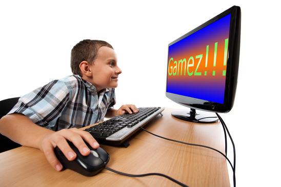 kille som spelar ett konstigt datorspel