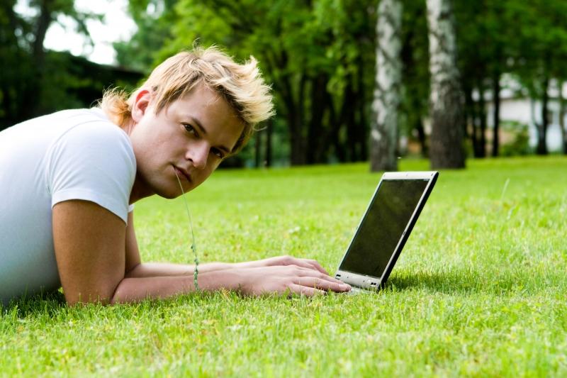 man spelar på laptop